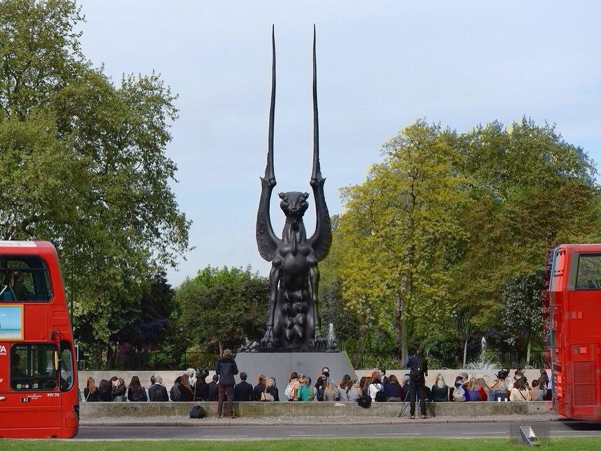la nueva era y otras sectas peligrosas inauguran en londres estatua